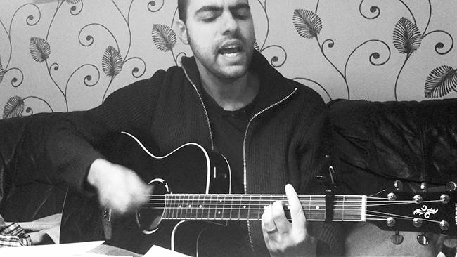 Anders spelar gitarr
